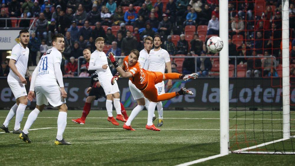 Gaëtan Karlen (au fond) voit sa frappe de la 89e minute flirter avec le poteau de Yannick Brecher. Xamax ne reviendra pas.