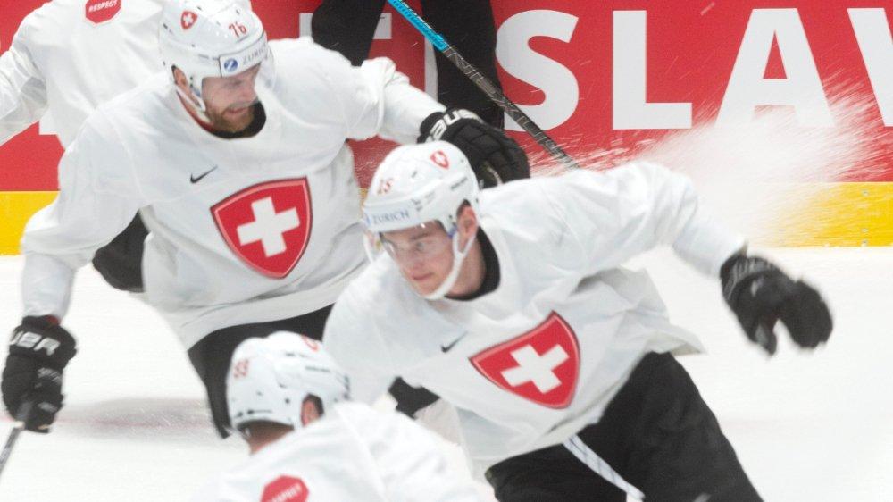 Patrick Fischer (en arrière-plan) est satisfait de l'équipe qu'il a sous sa responsabilité en Slovaquie.