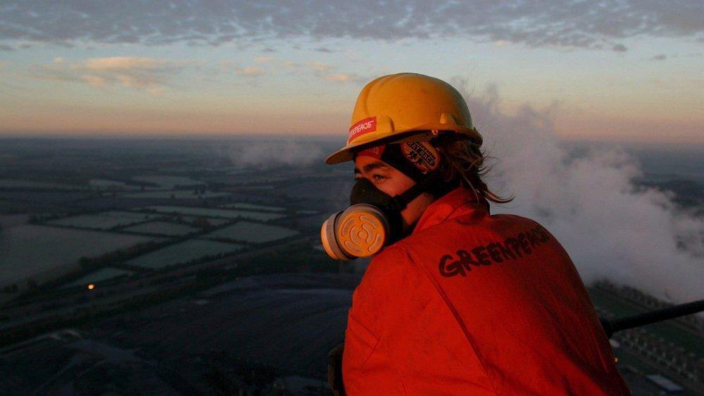 Une militante de Greenpeace au sommet d'une centrale à charbon en Angleterre: il faudra encore longtemps avant que les revendications écologistes finissent par être prises en compte.