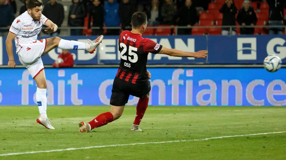 Marcis Oss est trop court pour empêcher Bastien Toma d'offrir une précieuse victoire au FC Sion.