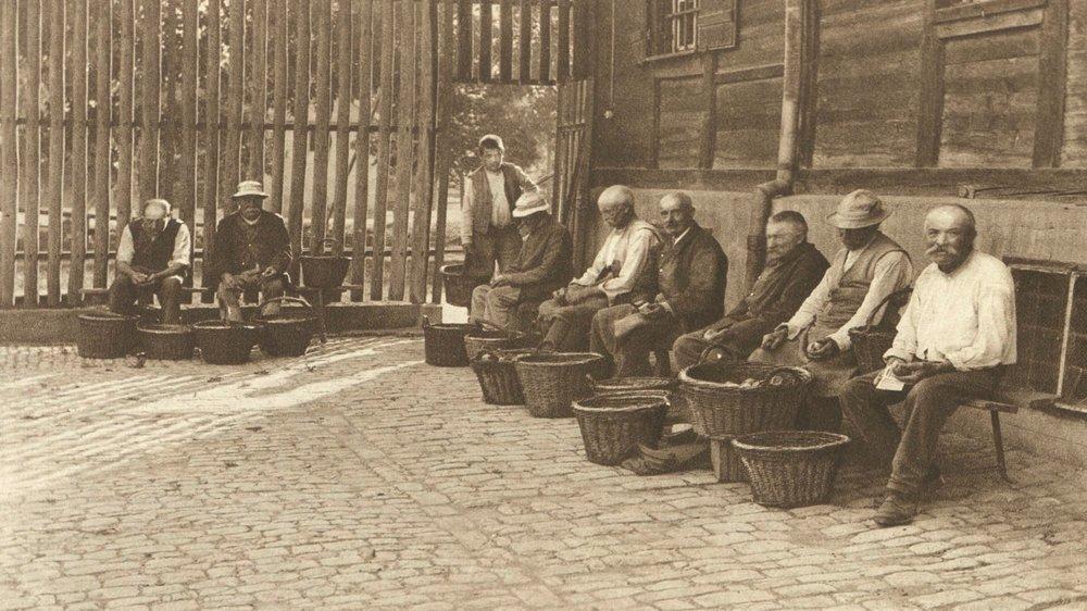 Un groupe de «vieux colons» aux Etablissements de Bellechasse (FR), vers 1926.
