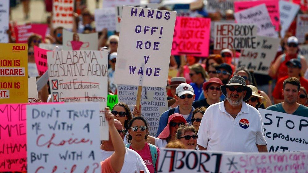 Ces manifestants se sont réunis devant le Parlement de l'Alabama à la suite au durcissement  de la loi sur l'avortement. Plus de 500 manifestations similaires avaient lieu, hier.
