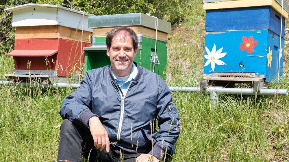 Blaise Mulhauser devant les ruches du Jardin botanique.