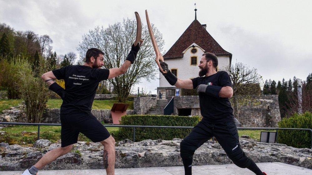Munis d'épées et de boucliers, ces passionnés enchaînent les positions apprises dans les livres.