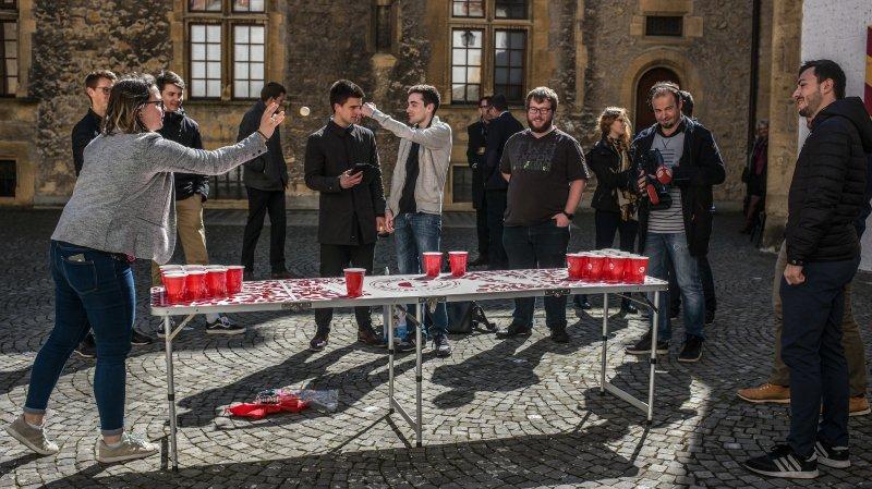 Les jeunes PLR avaient organisé un tournoi de beer pong dans la cour du château de Neuchâtel pour dénoncer l'interdiction de ce jeu de boissons pourtant largement pratiqué.
