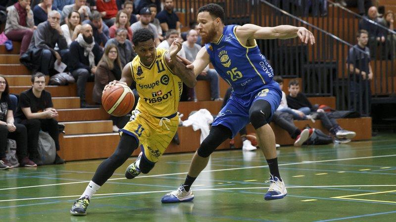 Brandon Brown (à gauche) et Union Neuchâtel ont encore perdu face Eric Fongue et les Riviera Lakers.