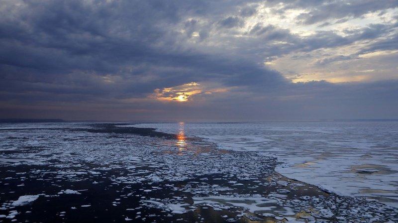 La fonte des glaces est l'un des facteurs principaux de la montée des eaux, avec les glaciers et l'expansion thermique des océans.