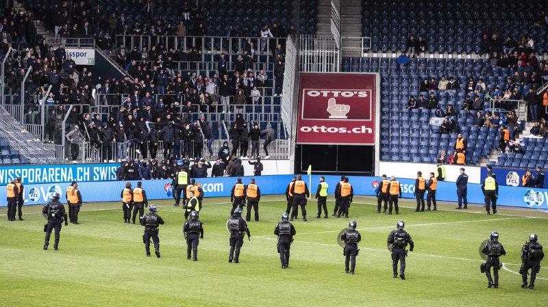 La police avait dû intervenir sur le stade pour protéger les arbitres et les joueurs.