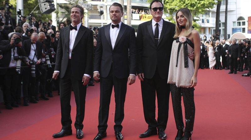 Leonardo DiCaprio, Quentin Tarantino, lunettes noires, entouré de ses acteurs Brad Pitt, Leonardo DiCaprio et Margot Robbie sur le tapis rouge du festival.