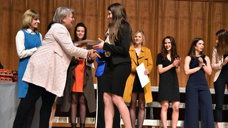 Les titres ont été remis par la conseillère d'Etat Monika Maire-Hefti et la directrice générale de la HE-Arc, Brigitte Bachelard (tout à gauche).