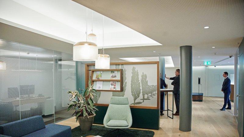 Le nouvel espace offre deux bancomats, deux guichets d'accueil, quatre bureaux de conseil et un petit salon cosy.