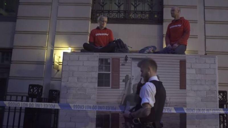Des militants de l'organisation écologiste Greenpeace enfermés dans des conteneurs bloquaient lundi l'entrée du siège de BP à Londres.