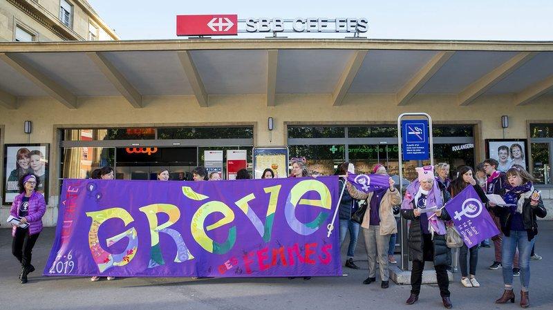 Une poignée de femmes s'est réunie ce mardi matin à la gare de Neuchâtel.