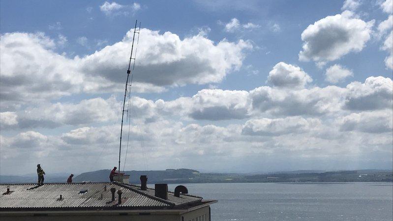 L'antenne, installée sur les anciens bâtiments de Metalor, s'est dangereusement ployée sous les assauts du vent.