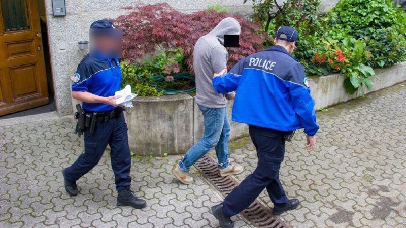 L'homme est arrivé à l'audience menotté et entouré de deux policiers.