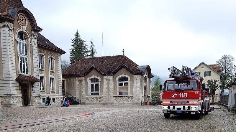 Le camion de pompier devant le collège de Môtiers, ce mardi matin.