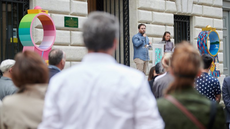 """Le vernissage de l'exposition """"Ding dong"""" s'est faite vendredi au péristyle de l'hôtel de ville, à Neuchâtel."""