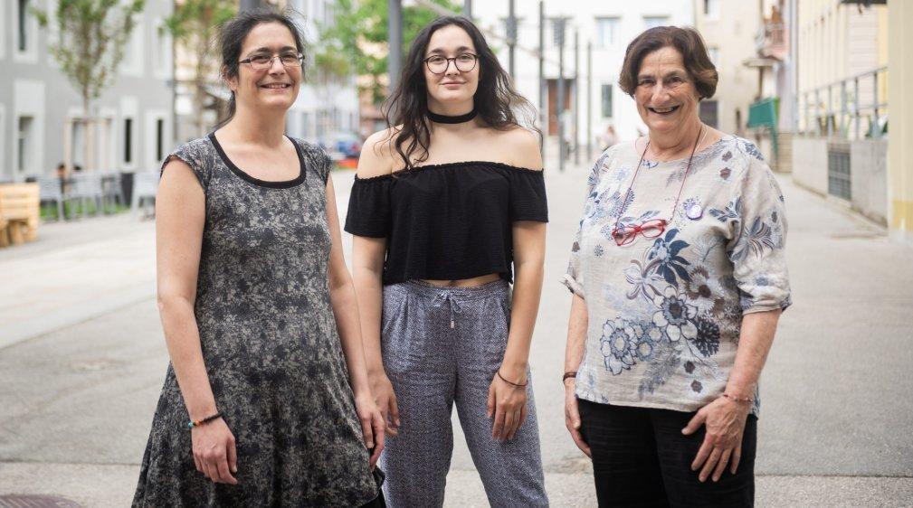Trois générations de militantes chaux-de-fonnières: Paola, Anaïs et Claudine (de gauche à droite). Chacune à sa façon, elles s'engagent pour l'égalité entre femmes et hommes.