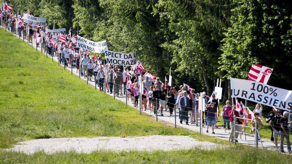 Un cortège d'environ 300 autonomistes, selon l'ATS, a défilé avant la cérémonie officielle des 40 ans du Jura, à Saignelégier. (KEYSTONE/Jean-Christophe Bott)