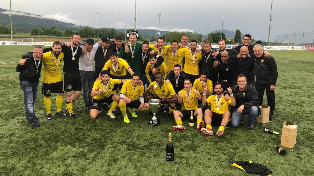 Les joueurs de Marin et leur staff ont bien fêté leur nouveau titre cantonal.