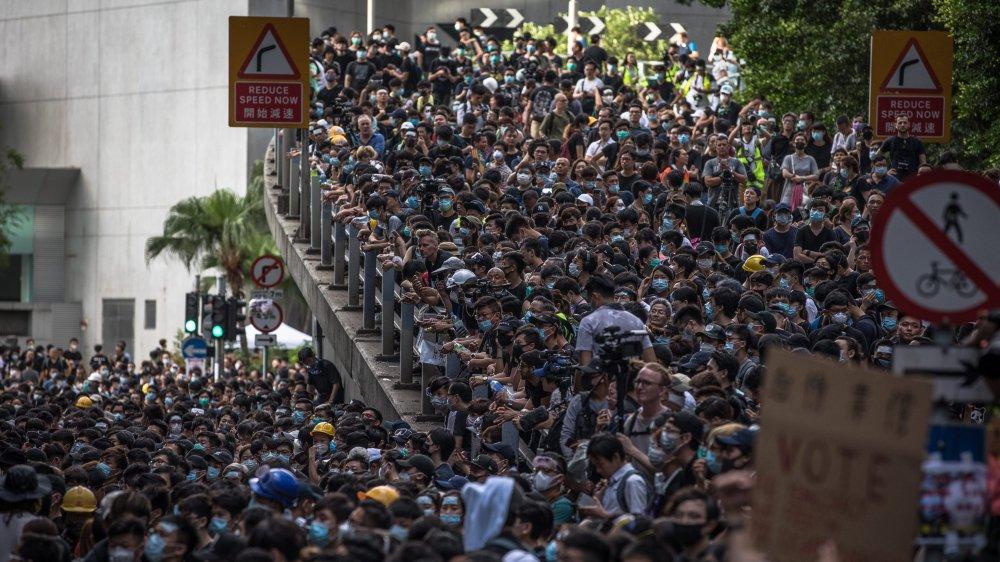 Les manifestants bloquent le QG de la police à Hong Kong.