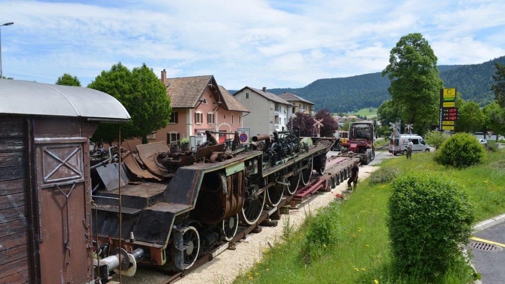 Le châssis de la locomotive à vapeur, en train d'être poussée sur la remorque.