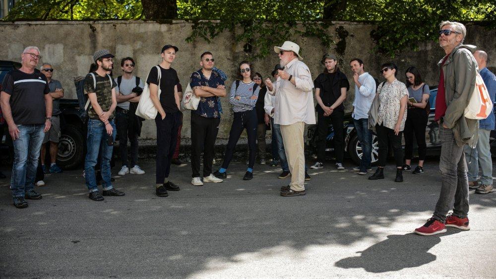 Les artistes de Môtiers 2020 - Art en plein air ont bénéficié des explications et des conseils de Pierre-André Delachaux (au centre).