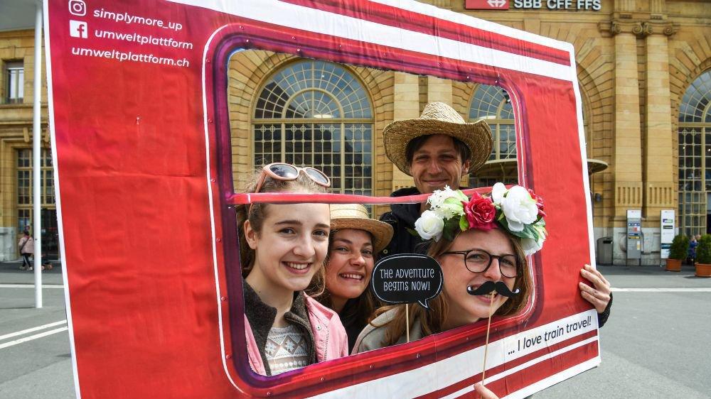 Les bénévoles du mouvement UP ont organisé un événement ludique autour du train sur la place de la Gare à La Chaux-de-Fonds.