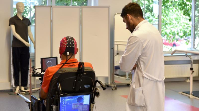 Sur les dix patients participant au projet, quatre sont désormais capables, au terme de plusieurs semaines d'entraînement, de diriger leur fauteuil au travers d'un parcours d'obstacles simple.