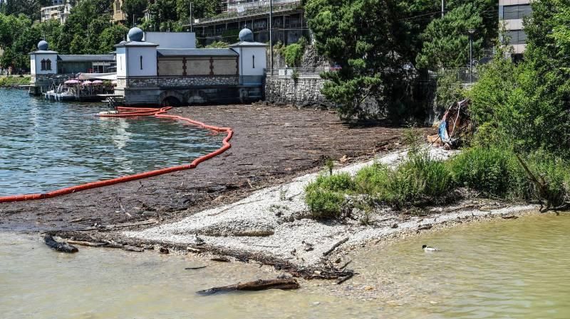 L'embouchure du Seyon à Neuchâtel, encombrée des déchets charriés après l'orage de Val-de-Ruz.