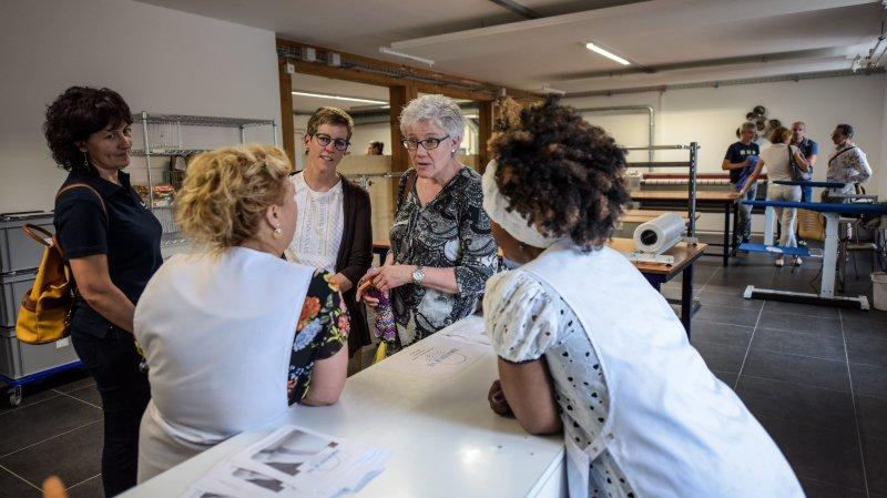 Des visiteurs discutent avec des membres de l'Atelier fil, lors de l'inauguration des nouveaux locaux de Couvet, le jeudi 20 juin.