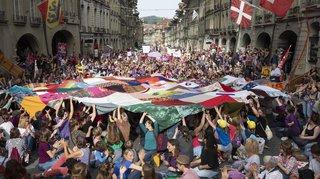 Frae Streik: Schwäizer Frae mobiliséiert en Masse iwwerall am Land