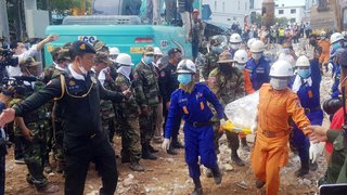 Un immeuble s'effondre au Cambodge: au moins 28 morts, deux survivants
