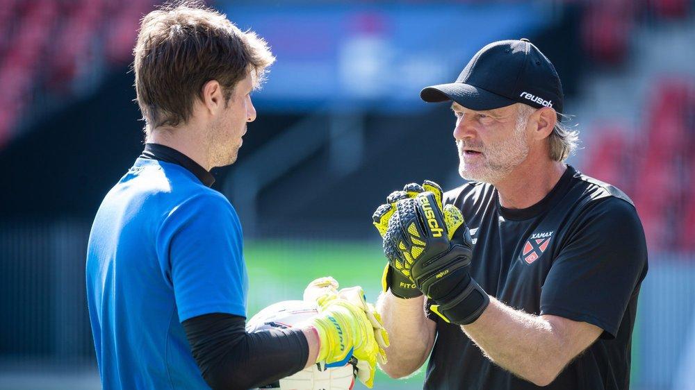 Jörg Stiel (à droite) distille ses conseils à Laurent Walthert: les gardiens xamaxiens vont bénéficier de l'immense expérience de l'ancien international.