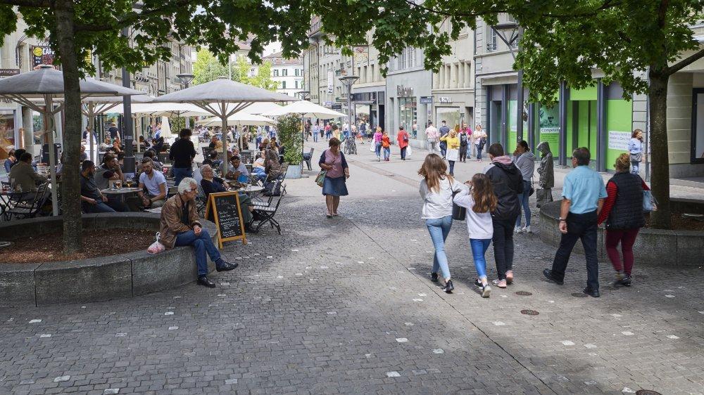 Actuellement, le canton de Fribourg est le plus restrictif, avec Lucerne. Le samedi, les commerces (ici la rue de Romont, dans la capitale cantonale), ferment à 16 heures.
