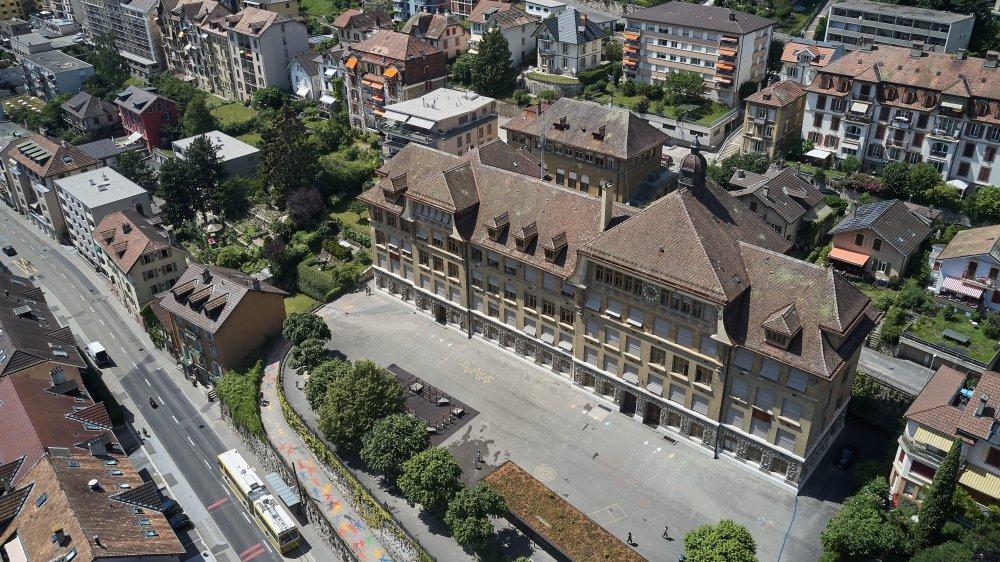 Le collège des Parcs à Neuchâtel. En plus de rénover le bâtiment principal, le Conseil communal souhaite transformer l'annexe (derrière) en salles de classe supplémentaires et construire deux salles de gymnastiques semi-enterrées dans la cour devant le bâtiment.