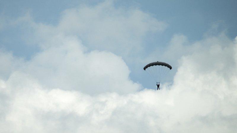 Durant un exercice réalisé avec des parachutes de secours, un emballage s'est envolé et a terminé sur la ligne. (Illustration)