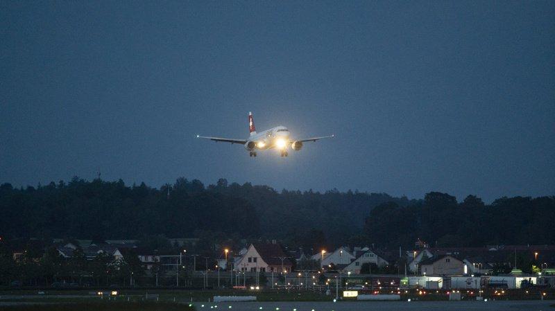 Un avion prenant son envol dans le ciel de Kloten.