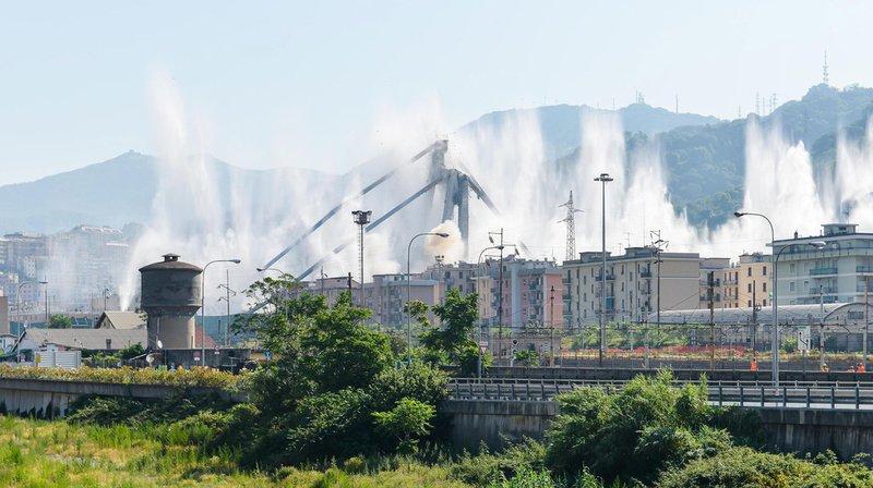 La détonation a été déclenchée à 09h37. Les deux immenses piles à haubans se sont effondrées en sept secondes dans un nuage de poussière.
