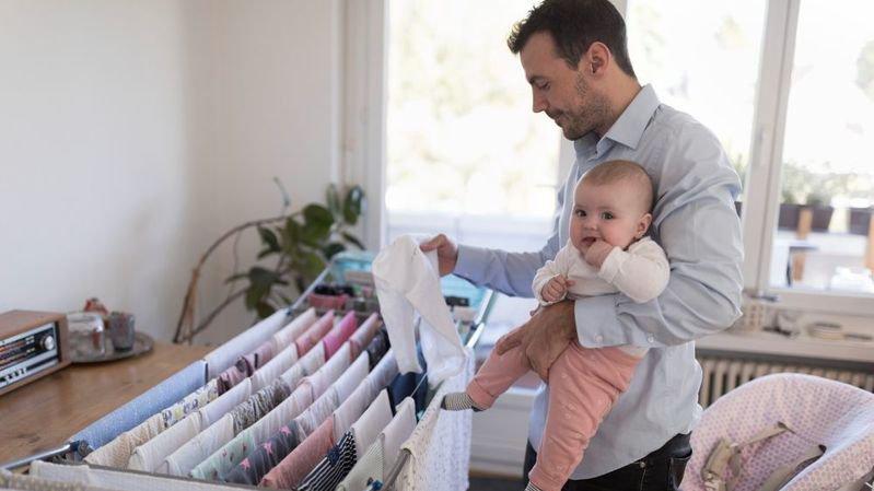 Le Conseil des Etats a approuvé la mise sur pied d'un congé paternité de deux semaines.