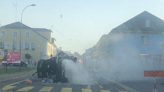 Collision: une voiture bascule sur le flanc à La Chaux-de-Fonds