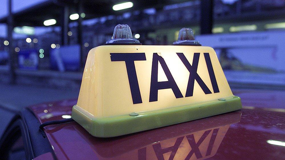 La Confédération ne se presse pas pour homologuer les nouveaux outils numériques pour la tarification des taxis. Une compagnie neuchâteloise l'apprend à ses dépens.