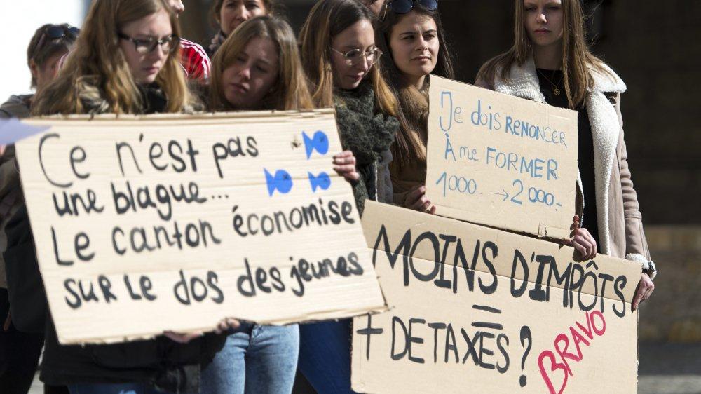 En avril, des étudiants déposaient une pétition au Château de Neuchâtel contre la hausse de l'écolage des écoles supérieures.