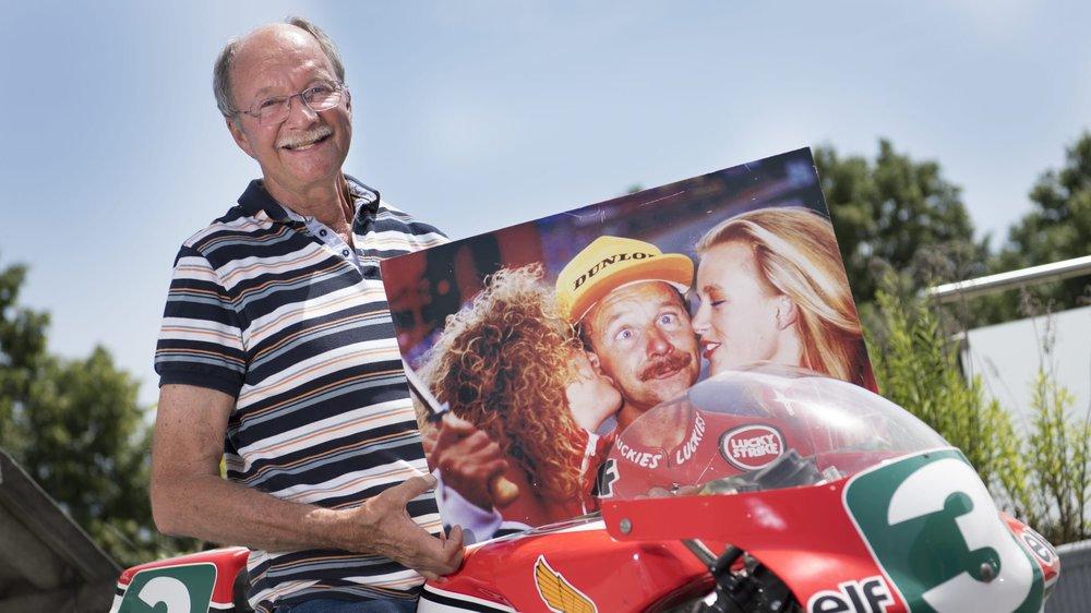 L'ancien pilote moto Jacques Cornu pose avec sa moto 250 cm3 avec laquelle il a gagné son dernier Grand Prix en 1989 et avec une photo de la remise des prix sur le podium à Spa.