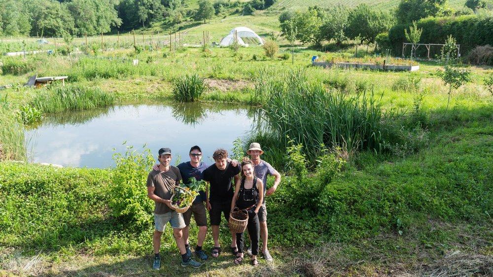 Alexandre Girod, Luigi d'Andrea, Simon Riat, Morgane Siffert et Marc Hulmann (de g. à dr.) devant l'étang alimenté par la Pontareuse, ruisseau qu'ils ont renaturé.