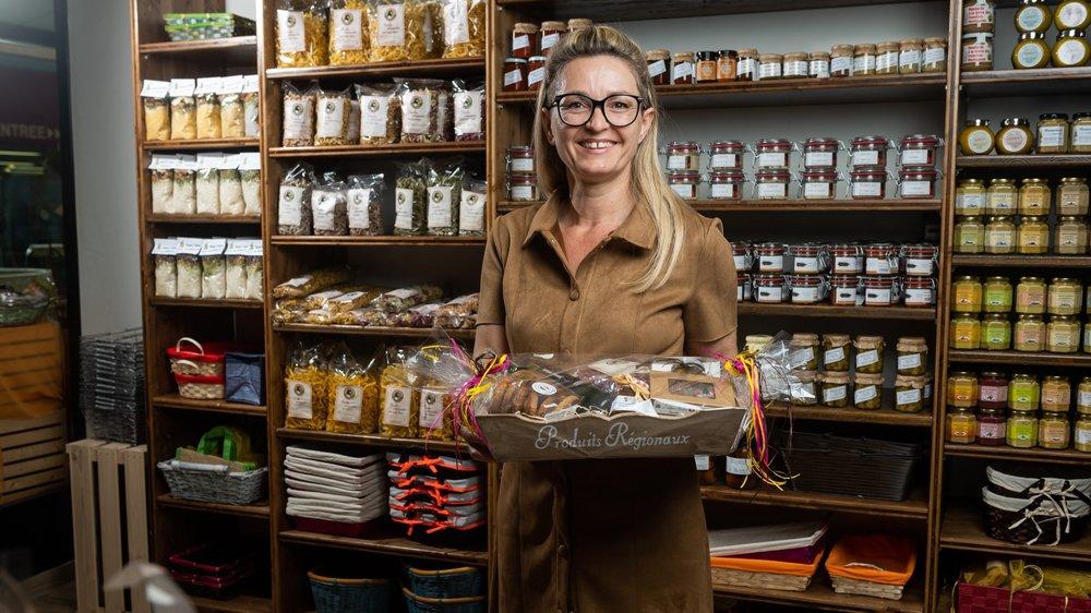 Karen Alleman pose dans la boutique Aux Paniers gourmands, à Neuchâtel.