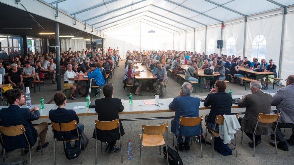 La tente grouillait de monde mardi soir à Dombresson. La séance d'information à l'attention des victimes des intempéries a duré près de trois heures.