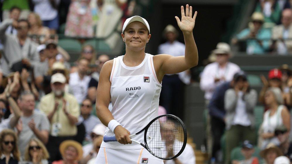 """Ashleigh Barty quitte Wimbledon lors du """"manic monday"""", mais reste numéro 1 mondial."""