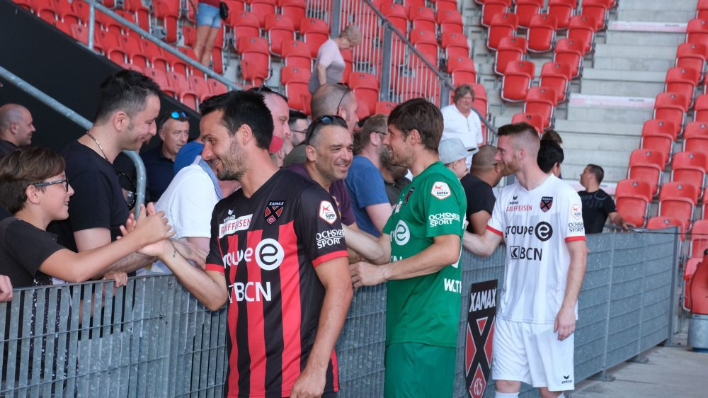 Raphaël Nuzzolo, Laurent Walthert et Thibault Corbaz (de gauche à droite) ont salué leurs supporters avec leurs nouveaux maillots.