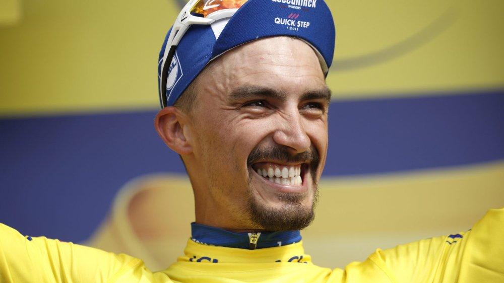 Julian Alaphilippe laisse éclater sa joie sur le podium du Tour de France avec son maillot jaune obtenu après un sacré exploit personnel.
